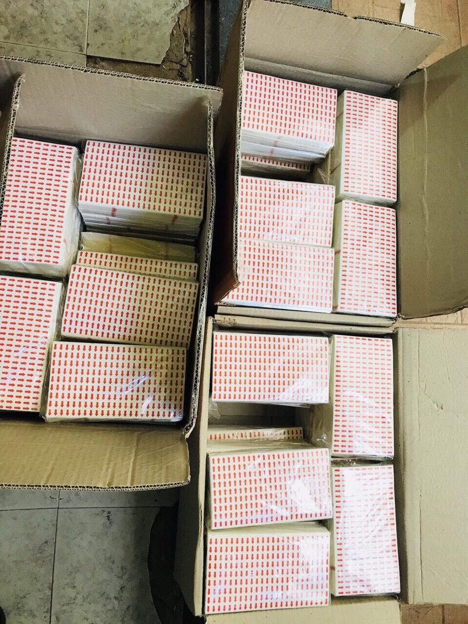 Nhãn in mũi tên 9x13mm, đế vàng chấm đỏ, cán màng dùng mê tít lun :b :b :b1 tờ 216 tem200 tờ 1 bọc3 thùng này khách quất 1 phát có 15.000 tờ zalo 0912677982